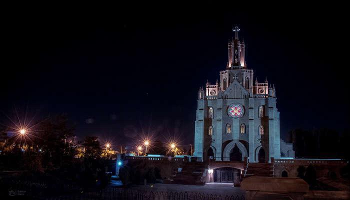 католический храм ночью